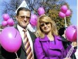 Przewodniczący Rady Miasta Nowego Sącza Artur Czernecki  z Majką Jeżowską podczas Marszu Różowej Wstążki